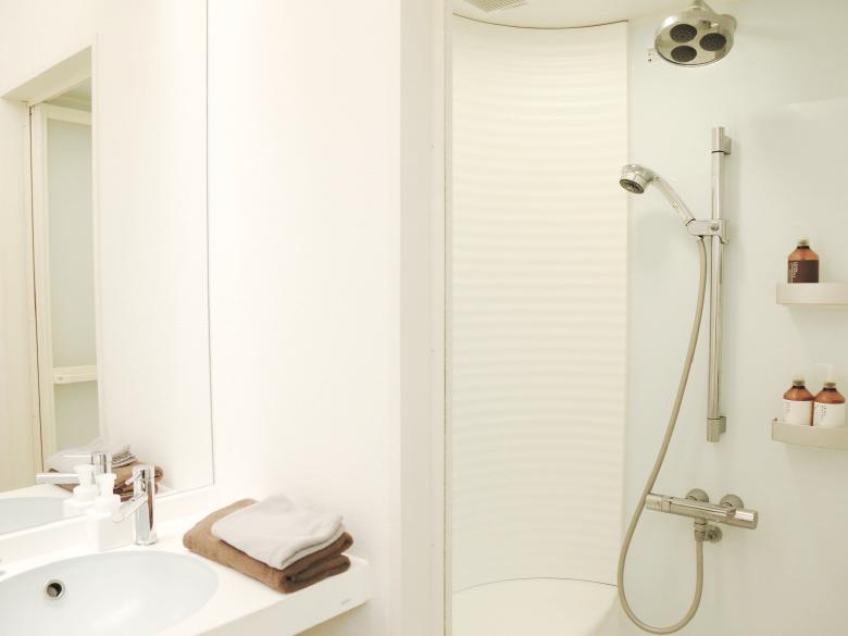個室のシャワールームとロッカーを完備イメージ画像